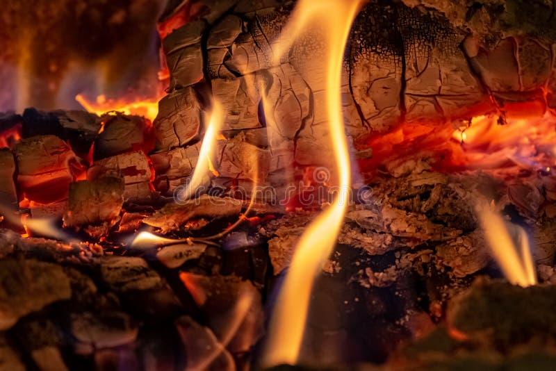 Близкая поднимающая вверх съемка горящего швырка в камине на времени рождества стоковое изображение