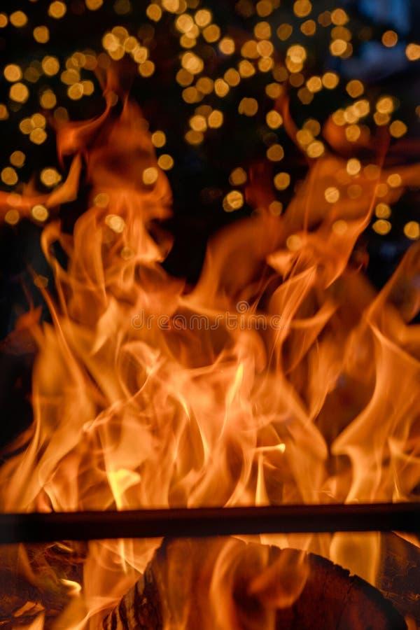 Близкая поднимающая вверх съемка горящего швырка в камине стоковое фото