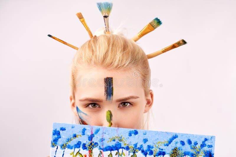 Близкая поднимающая вверх съемка женщины имеет художественный макияж в форме акрила ходов Творческая девушка смотрит из изображен стоковое фото rf