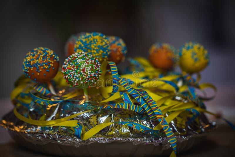 Близкая поднимающая вверх съемка красочного украшения таблицы конфеты стоковая фотография