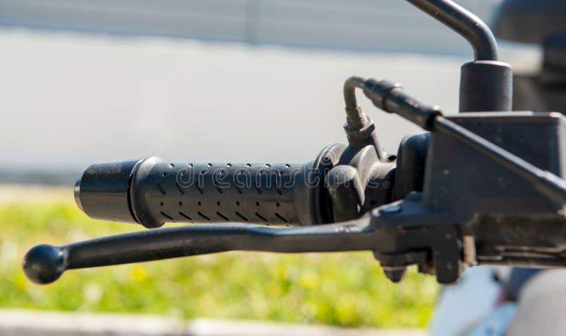 Близкая поднимающая вверх съемка тормозного рычага и дросселя мотоци стоковые фотографии rf