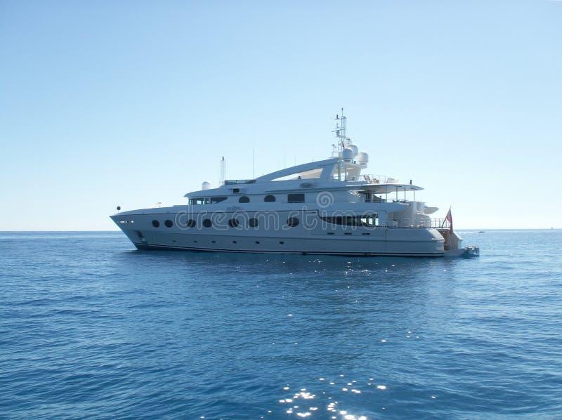 близкая роскошная поднимающая вверх яхта стоковые фотографии rf