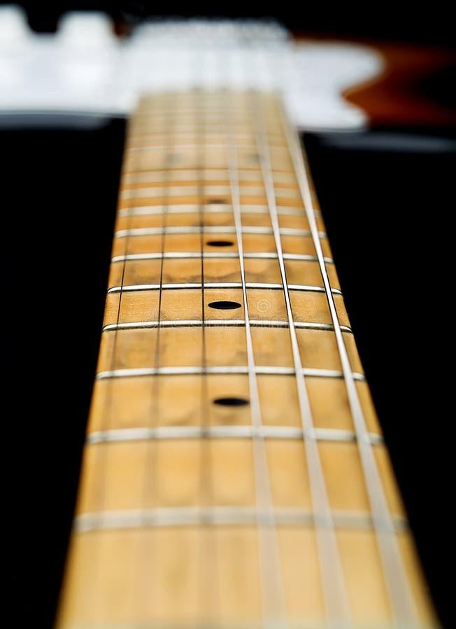 близкая шея электрической гитары вверх стоковая фотография rf