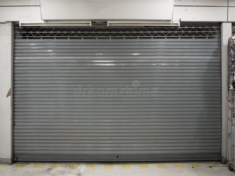 Близкая шторка или свертывая дверь предпосылки магазина с космосом экземпляра стоковое изображение rf
