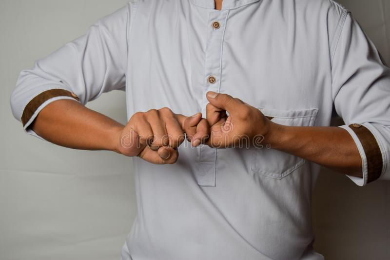 Близкий азиатский мужчина показывает жесты руки, это означает, что друг изолирован на белом фоне Американский язык жестов стоковые изображения rf