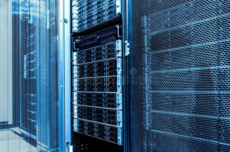 Близкий вверх внутри комнаты сервера данных Шкаф запоминающего устройства жесткого диска большой емкости Сервер лезвия в datacent стоковое изображение rf