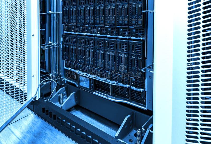 Близкий вверх на тонизировать запоминающего устройства жесткого диска серверов рабочих данных голубой стоковые изображения