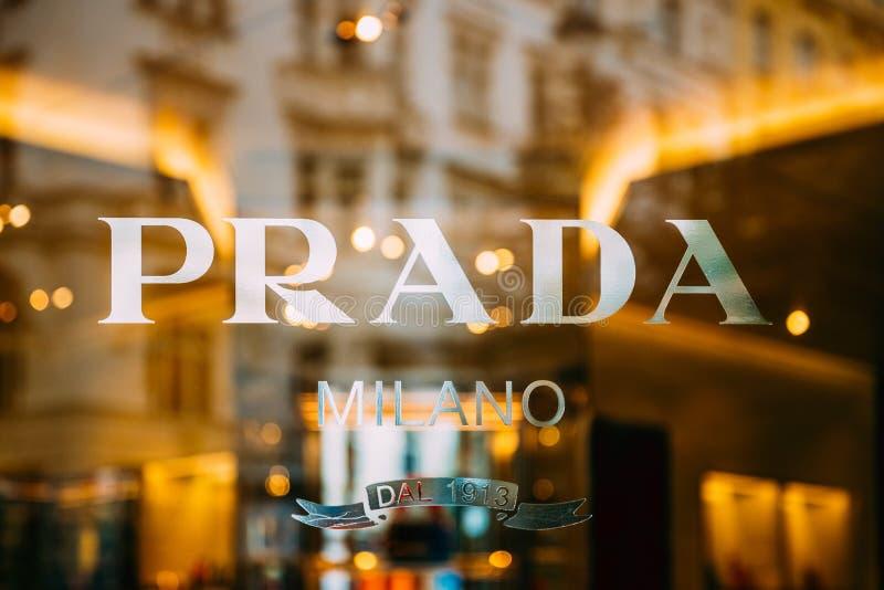 Близкий взгляд знака логотипа логотипа Prada на окне магазина стоковое фото