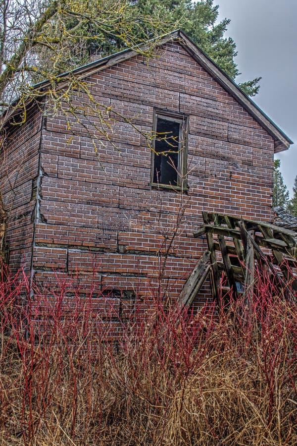 Близкий взгляд на получившемся отказ доме в древесинах стоковые изображения
