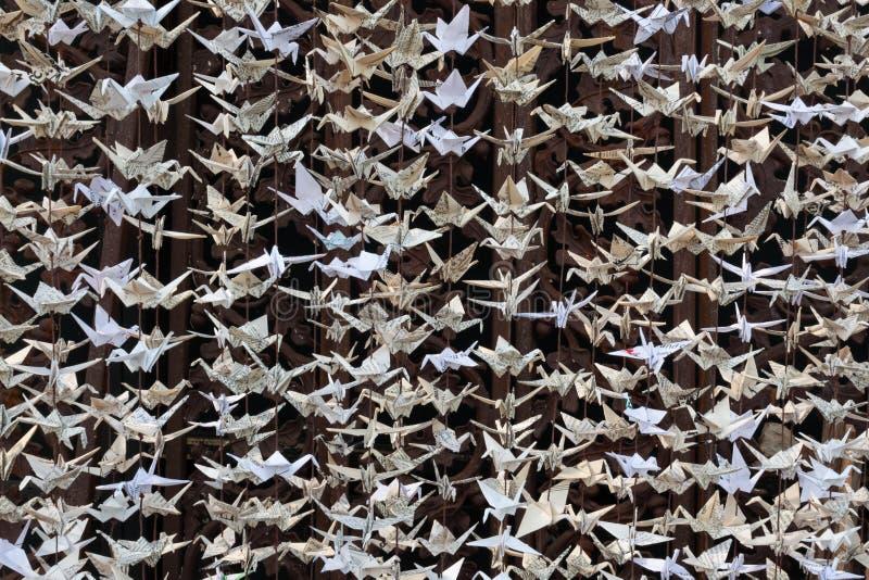 Близкий взгляд скульптуры 1000 бумажной кранов, origami против заржаветой к стоковая фотография rf