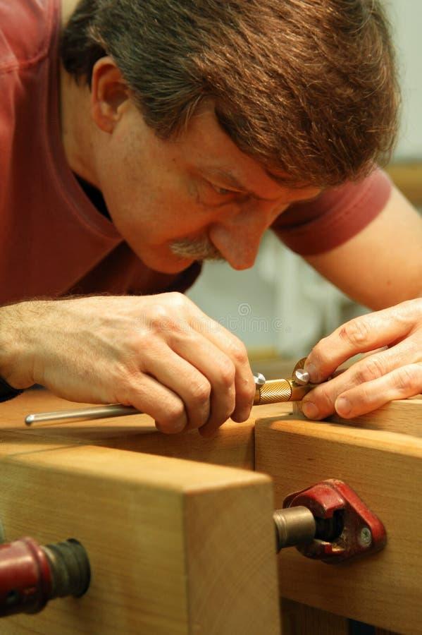 близкий делая woodworker измерения стоковое фото rf