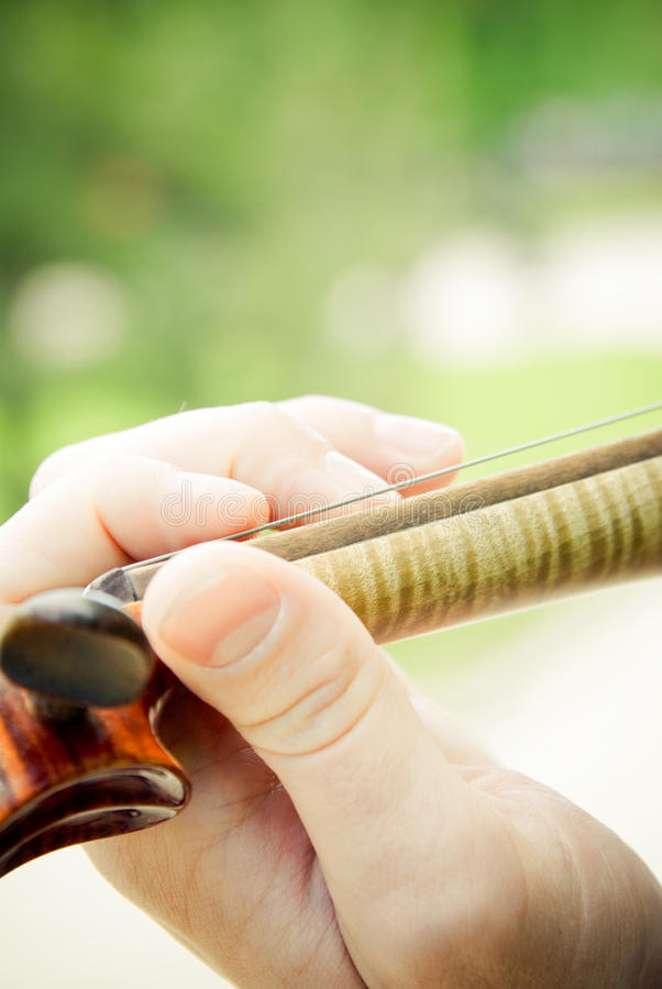 близкий играть вверх по скрипке стоковая фотография rf