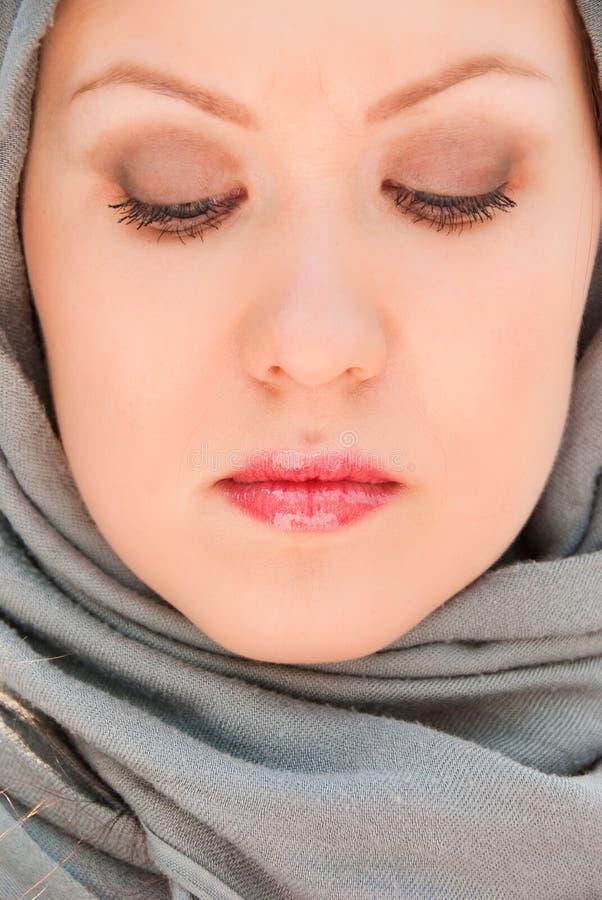 близкий мусульманский портрет моля вверх по женщине стоковая фотография rf