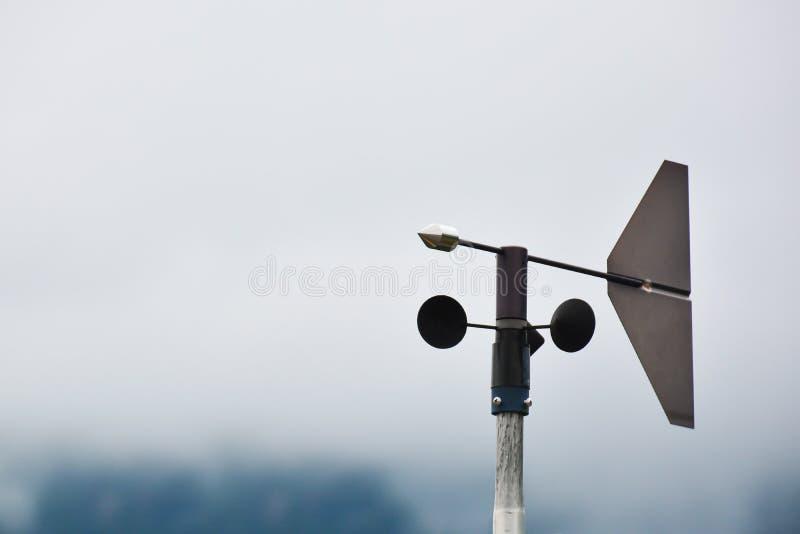 Близкий поднимающий вверх ветромер на белой предпосылке r стоковые изображения rf