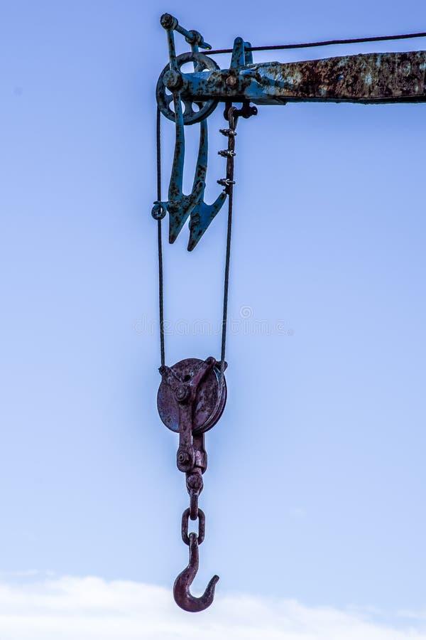 Близкий поднимающий вверх взгляд крана крюка для поднимаясь шлюпок и груза стоковое фото