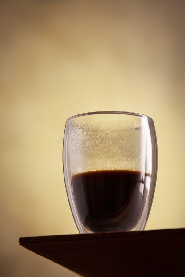 Близкий поднимающий вверх взгляд на горячем стекле стоек coffe перед бетонной стеной Cocnept напитка утра Завтрак, натюрморт Crea стоковое фото rf