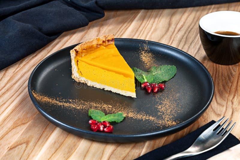 Близкий поднимающий вверх взгляд на торте десерта куска с мятой и лимоном на темной плите стоковые изображения rf