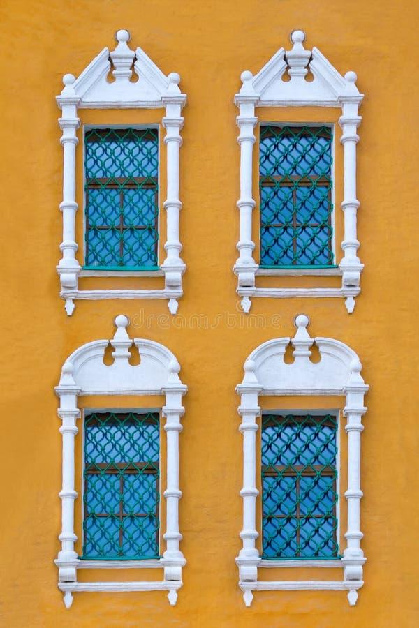 Близкий поднимающий вверх взгляд на фасаде старого оранжевого здания стоковые фотографии rf