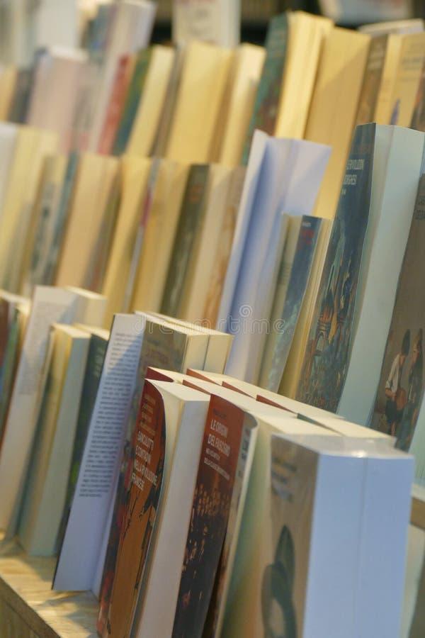 Близкий поднимающий вверх взгляд перспективы строк книги в фокусе книжной ярмарки выборочном стоковые изображения rf