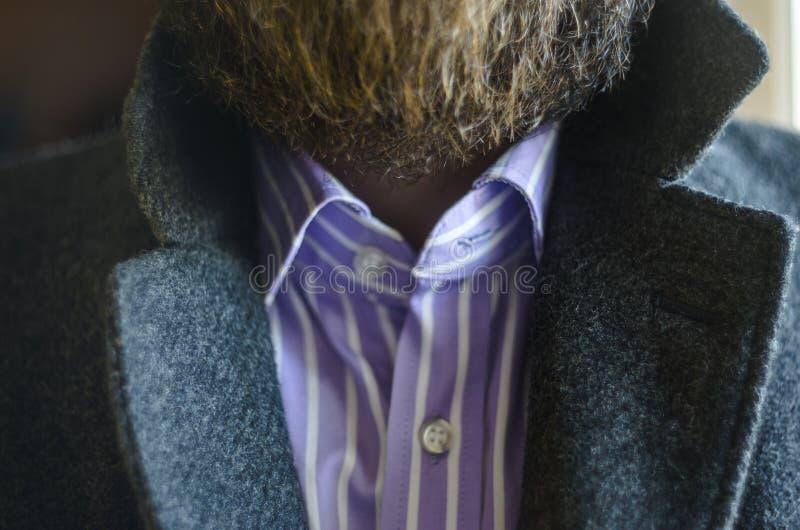 Близкий поднимающий вверх взгляд поднятых отворотов в сером пальто стоковые изображения rf