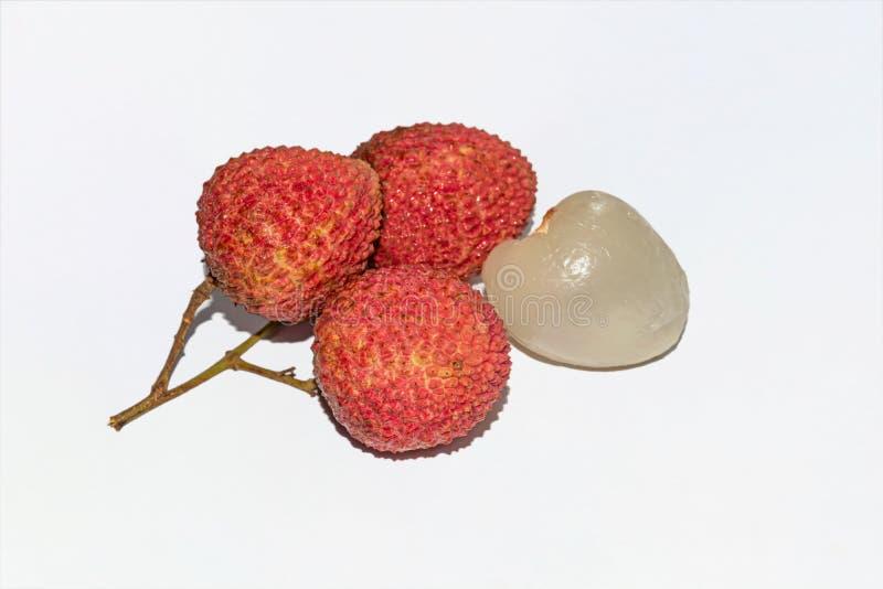 Близкий поднимающий вверх взгляд свежих красных lychees на белой предпосылке стоковые фотографии rf