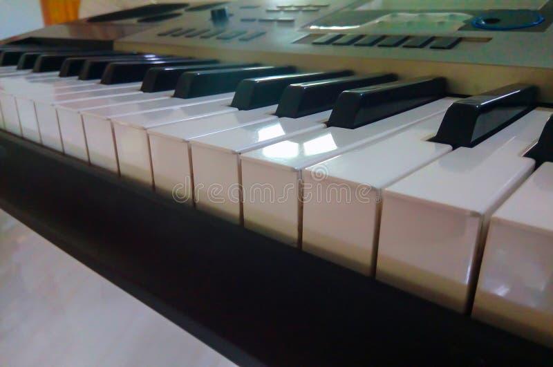 Близкий поднимающий вверх взгляд электронной клавиатуры синтезатора рояля стоковые фотографии rf