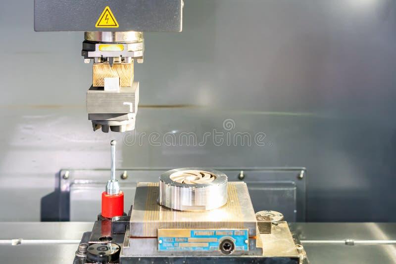 Близкий поднимающий вверх графитовый электрод автоматической машины edm во время процесса устанавливая выравнивание стоковые фото