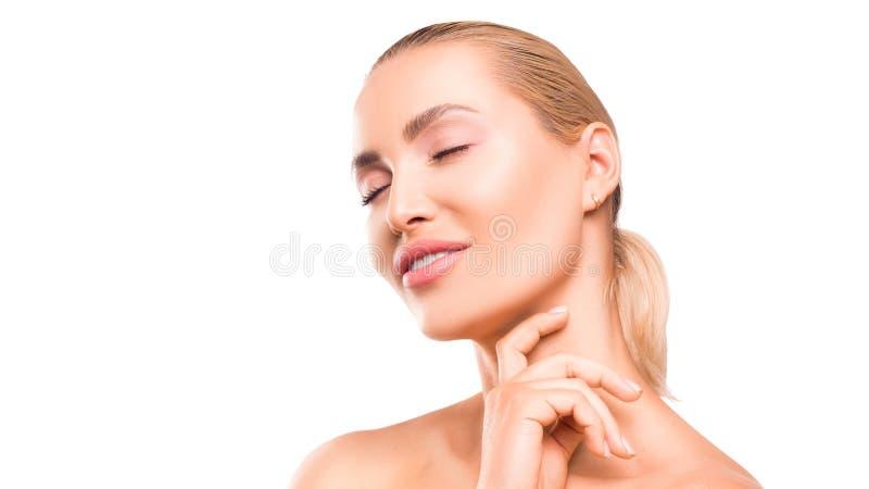 Близкий поднимающий вверх портрет женщины с закрытыми глазами и макияжа чистой кожи естественного нежного освежая на белой предпо стоковые фото