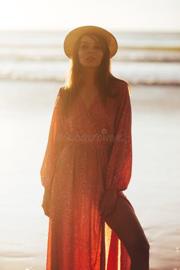 Близкий поднимающий вверх портрет красивой молодой женщины на пляже стоковое изображение rf