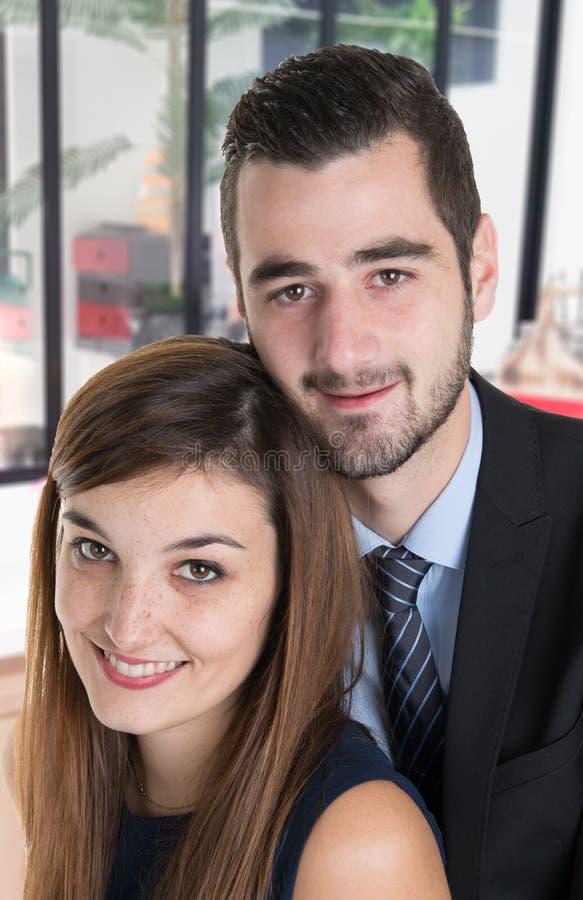 Близкий поднимающий вверх портрет красивой красивой молодой женщины человека пар усмехаясь дома офис стоковые изображения