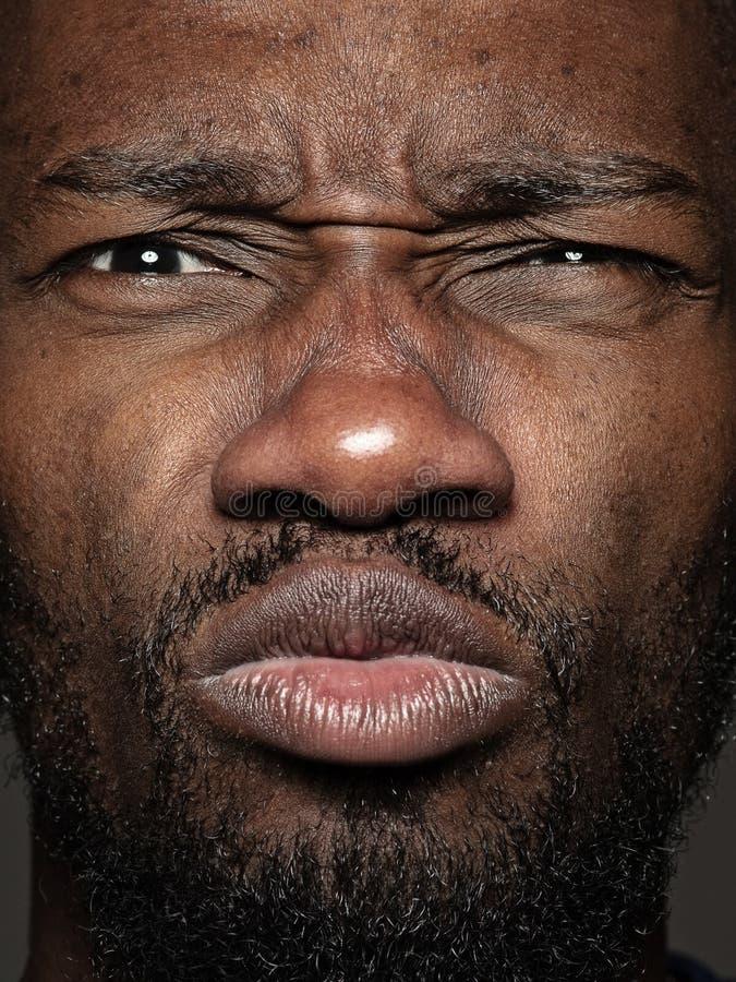 Близкий поднимающий вверх портрет молодого Афро-американского человека стоковые фотографии rf