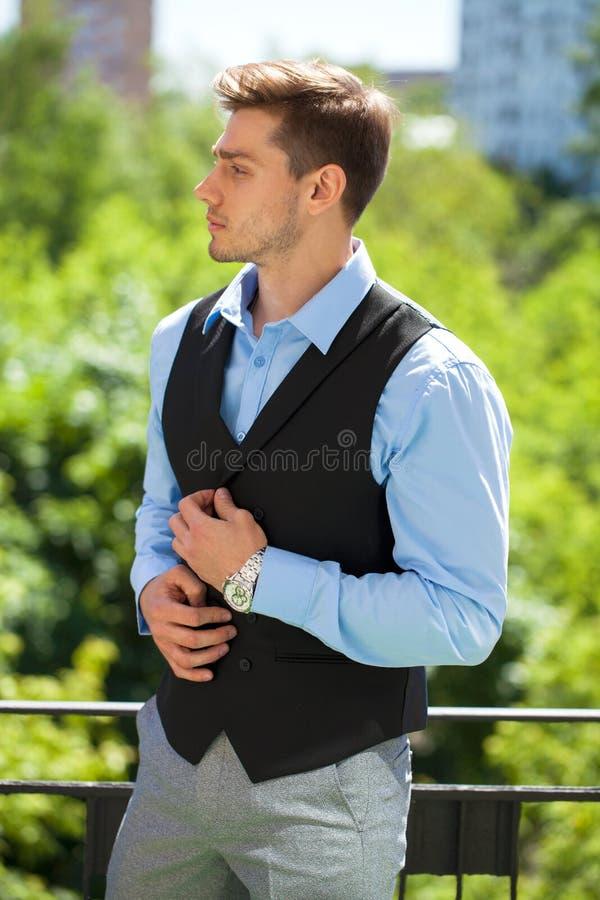 Близкий поднимающий вверх портрет молодого бизнесмена стоковое изображение