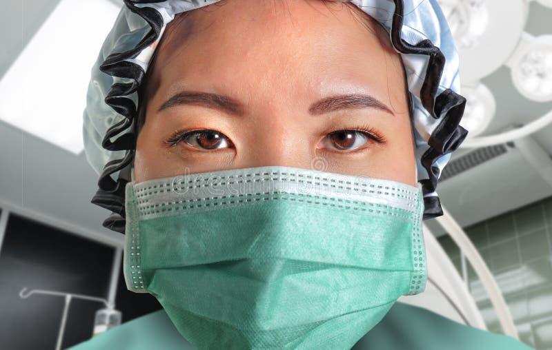Близкий поднимающий вверх портрет молодой привлекательной и уверенной азиатской корейской женщины доктора медицины в защитном лиц стоковые фотографии rf