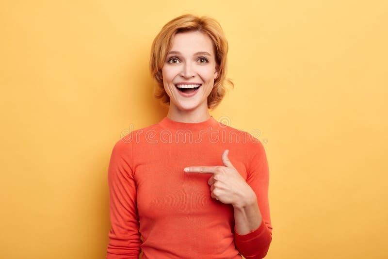 Близкий поднимающий вверх портрет очаровывать милую девушку с зубастой улыбкой смотря камеру стоковые фото