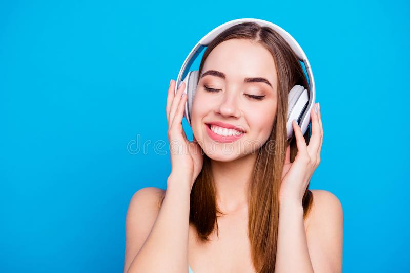 Близкий поднимающий вверх портрет смешного славного милого подростка услышать для игры звуковой дорожки списка используя телефоны стоковые фото