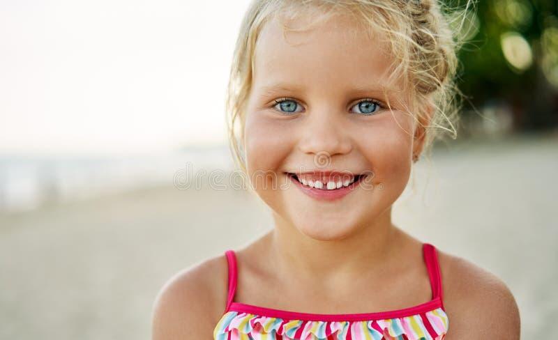 Близкий поднимающий вверх портрет счастливой милой маленькой девочки стоковое изображение rf