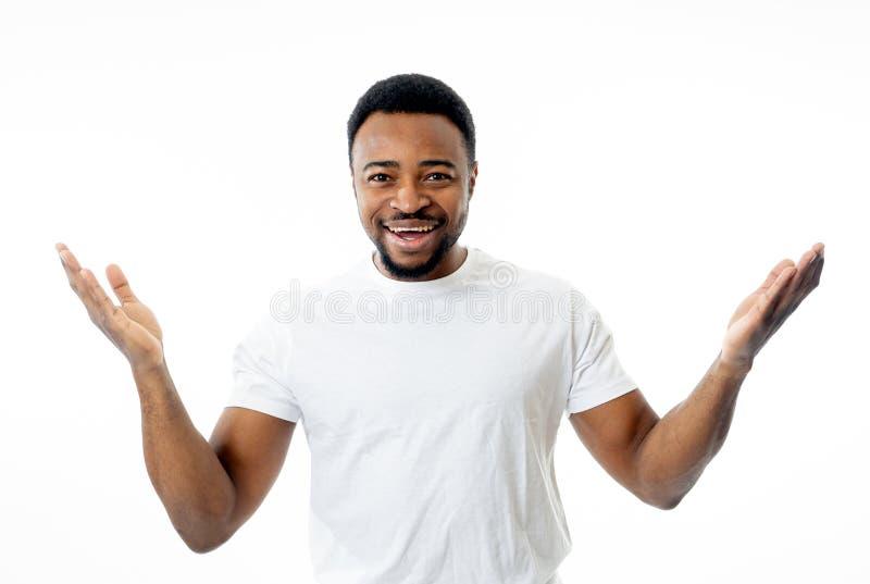 Близкий поднимающий вверх портрет усмехаться и смеяться привлекательным человеком в эмоции и выражении счастливой стороны человеч стоковые изображения rf