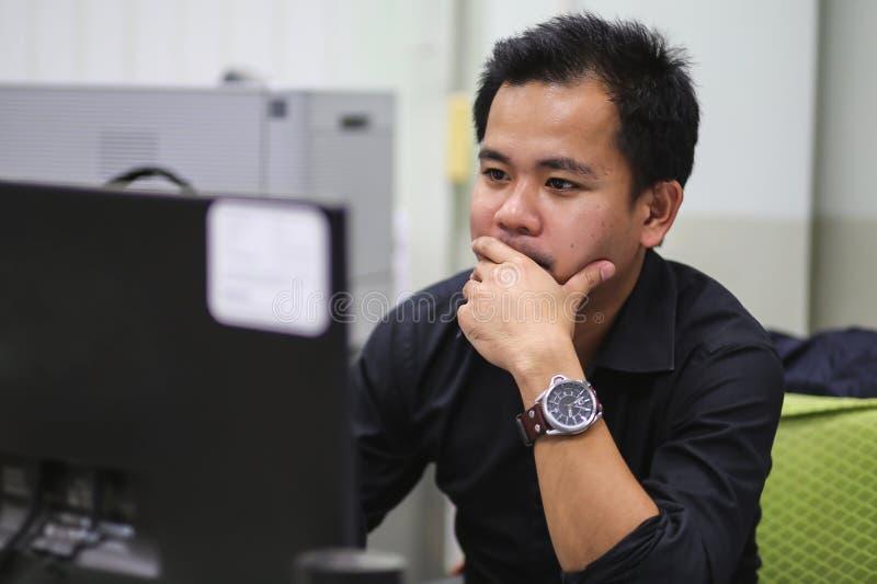 Близкий поднимающий вверх человек в офисе работая крепко стоковые изображения rf