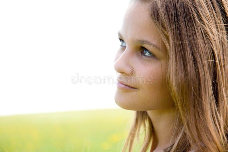 близкий портрет девушки стороны вверх по детенышам стоковое изображение