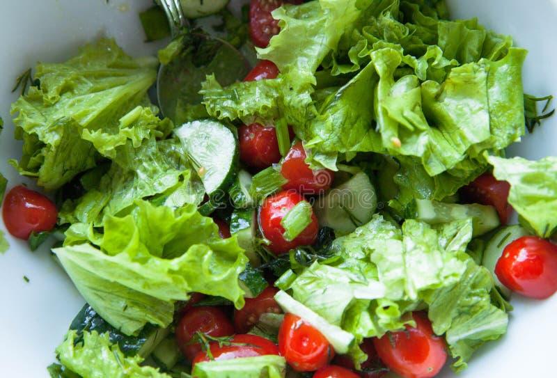 близкий салат снятый вверх по овощу Салат, томаты вишни, огурцы с оливковым маслом стоковая фотография rf