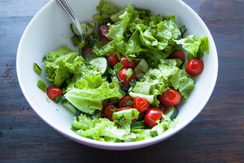 близкий салат снятый вверх по овощу Салат, томаты вишни, огурцы с оливковым маслом стоковая фотография