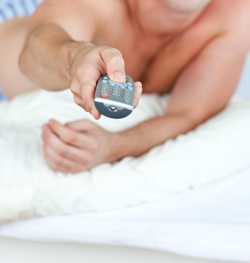 близкий remote pyjamas человека удерживания вверх стоковое изображение