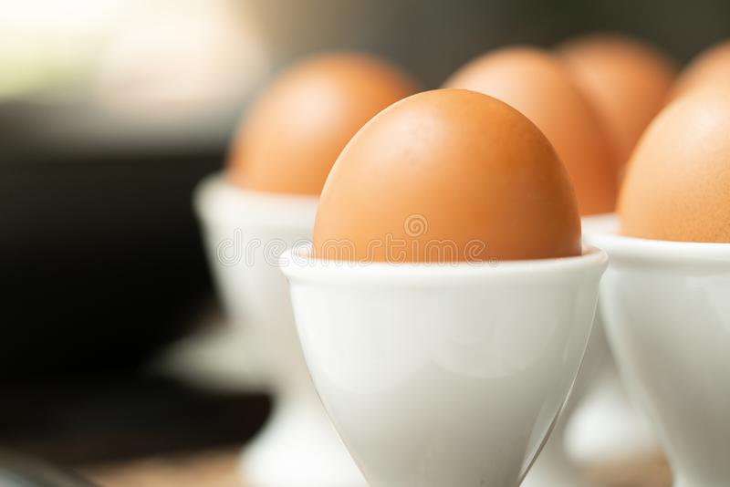 Близкое поднимающее вверх вареное яйцо в чашке яйца стоковые фотографии rf