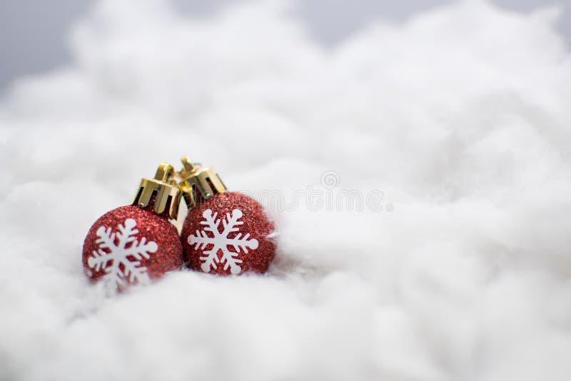 Близкое поднимающее вверх изображение красных шариков рождества на белой предпосылке стоковое изображение