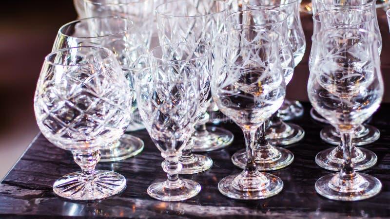 Близкое поднимающее вверх изображение пустых кристаллических бокалов стоковое фото rf