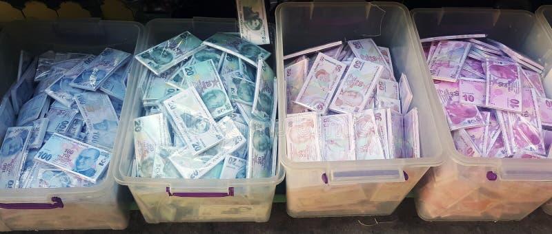 Близкое поднимающее вверх изображение экземпляров 50, 20, 100 и 10 банкнот турецкой лиры в пластиковых коробках стоковое изображение rf