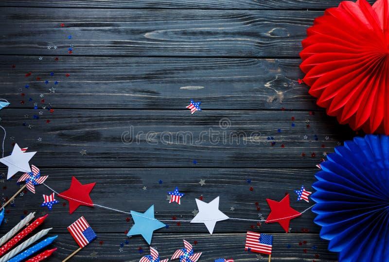 Близкое поднимающее вверх оформление для 4-ого из дня в июле американской независимости, флаг, свечи, соломы Украшения праздника  стоковые изображения