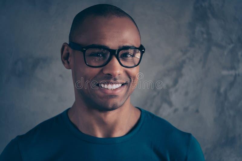 Близкое поднимающее вверх фото изумляя он он его студент темного человека зубов глаз кожи мужского умного белого идеального надеж стоковые изображения