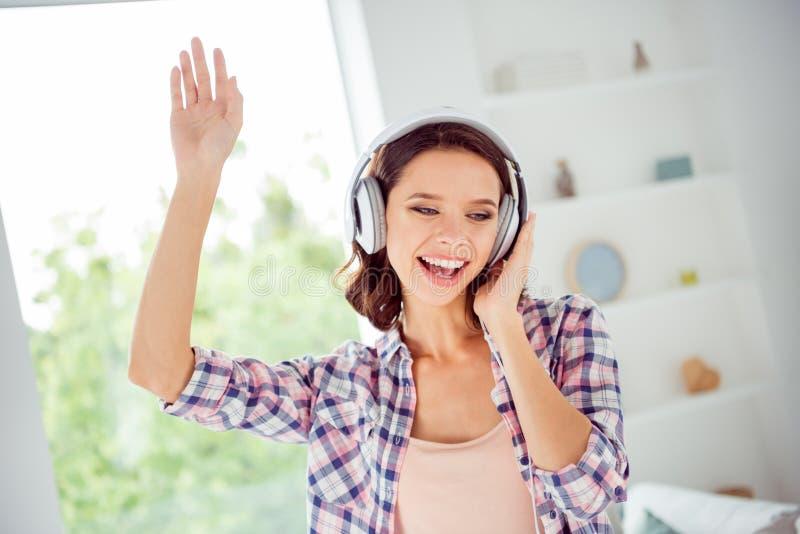 Близкое поднимающее вверх фото курчавого возбужденного славного прекрасного дружелюбного саундтрэка певицы руки руки повышения хи стоковые изображения