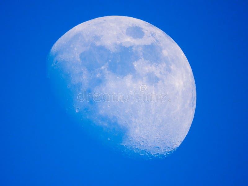 Близкое поднимающее вверх фото луны с голубым небом стоковое изображение